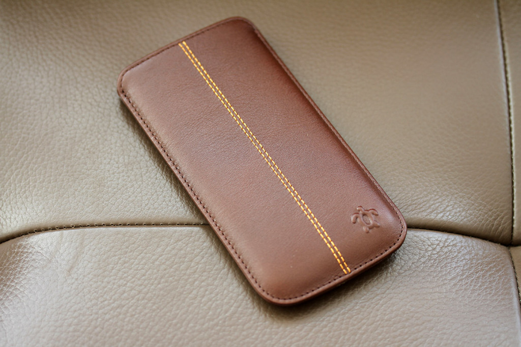 Test housse issentiel en cuir pour iphone 6 blogeek for Housse cuir iphone 6