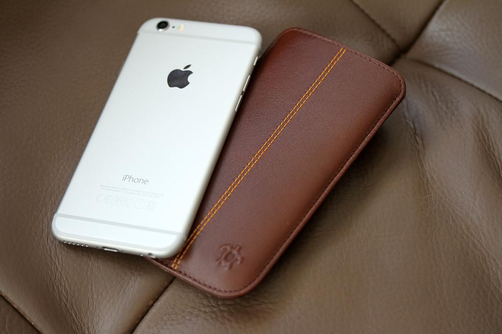 Test housse issentiel en cuir pour iphone 6 blogeek for Housse pour iphone 6